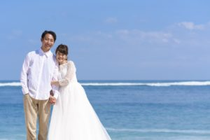 ビーチで結婚写真